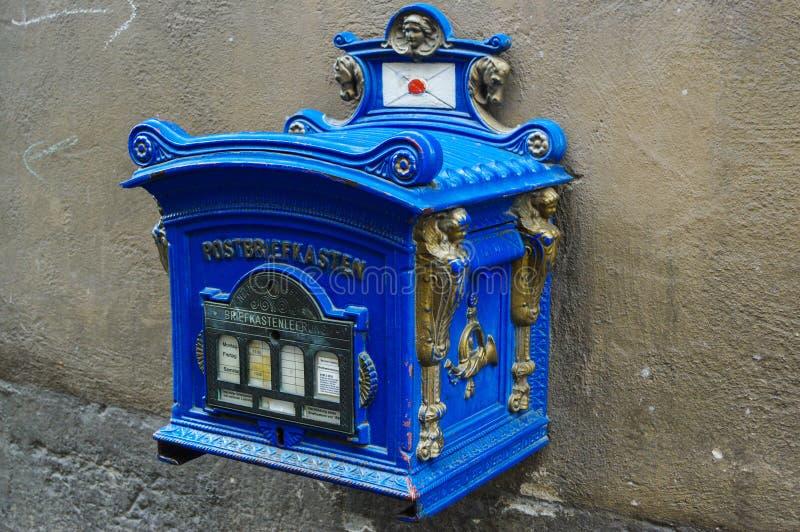 Blauwe oude uitstekende postbox Duitsland, openbare brievenbus nog in gebruik stock foto's