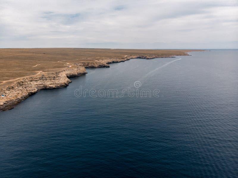 Blauwe overzees bij de klippen van de Krim stock afbeelding