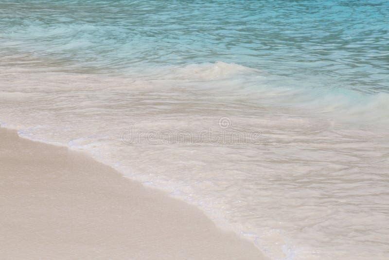 Blauwe overzees en aardige golf royalty-vrije stock foto's