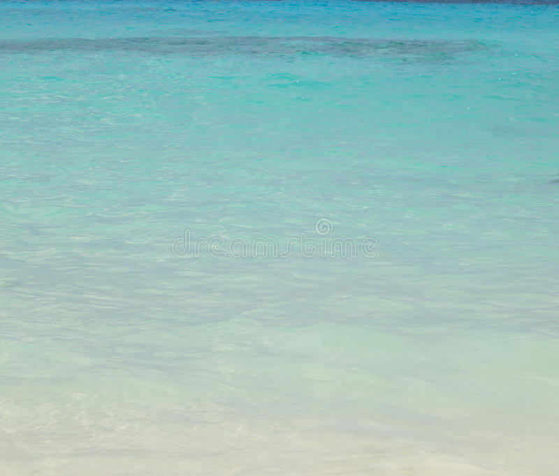 Blauwe overzees en mooi strand stock fotografie