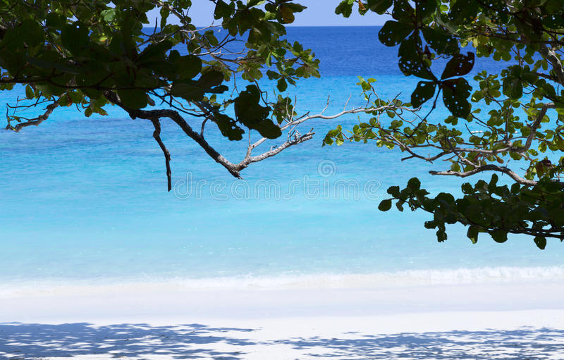 Blauwe overzees en mooi strand stock afbeelding