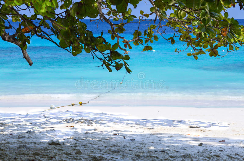 Blauwe overzees en mooi strand stock foto
