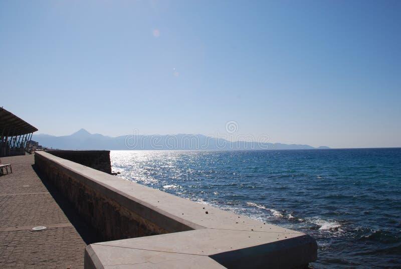 Blauwe overzees en stad van Heraklion op de kust in Kreta royalty-vrije stock fotografie