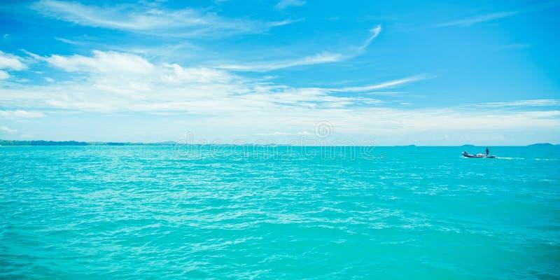 Blauwe overzees en wolken royalty-vrije stock afbeeldingen