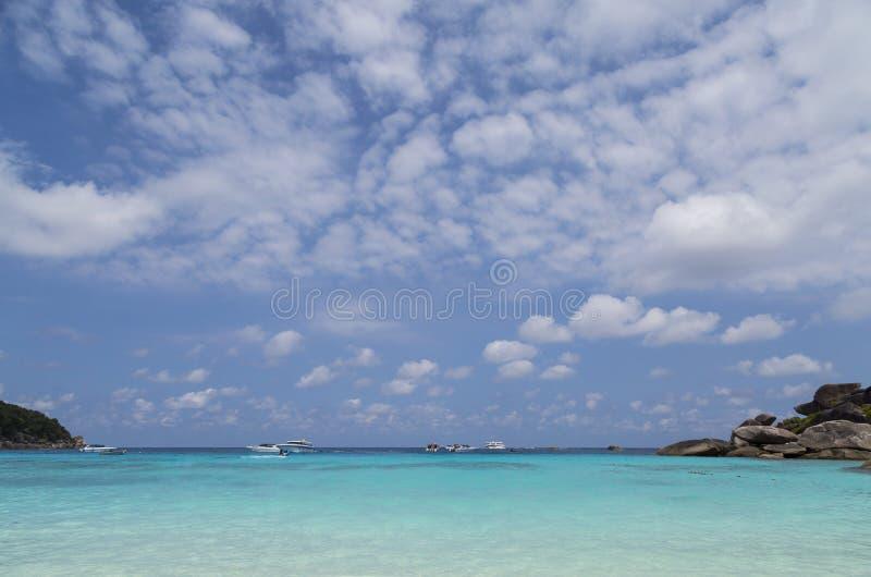 Blauwe overzees en wolken op hemel stock fotografie