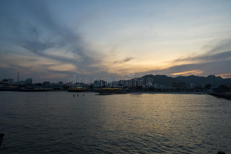 Blauwe overzees en wolken op hemel met waterspiegel en zonlichtbezinningen stock afbeeldingen