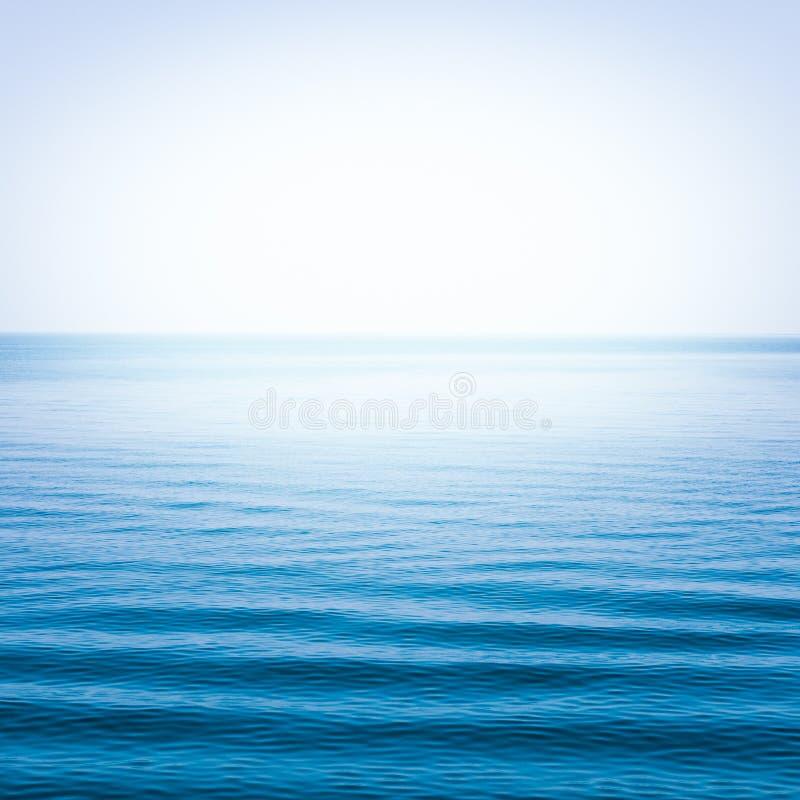 Download Blauwe overzees met golven stock foto. Afbeelding bestaande uit oceaan - 39116766