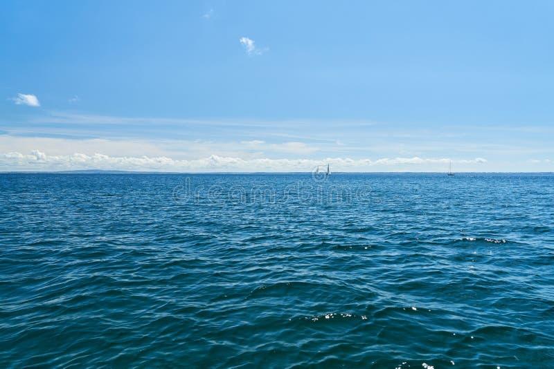 Blauwe overzees met hemel en horizon stock afbeeldingen