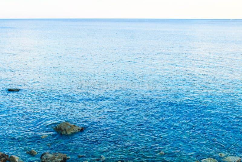 Blauwe overzees in Montenegro stock afbeeldingen