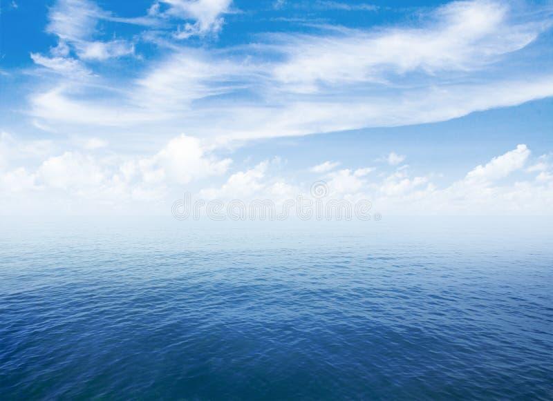 Blauwe overzees of oceaanwaterspiegel met horizon en hemel royalty-vrije stock afbeeldingen