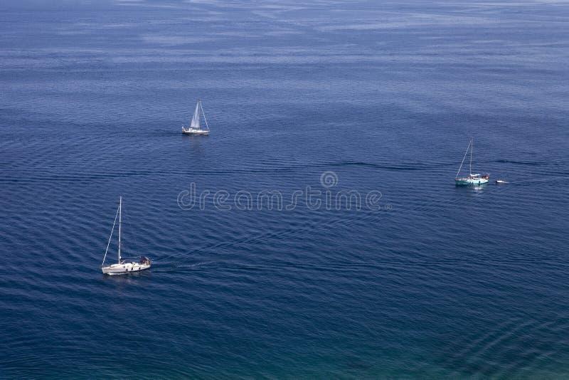 Blauwe overzees of oceaanwaterspiegel met horizon en hemel stock fotografie