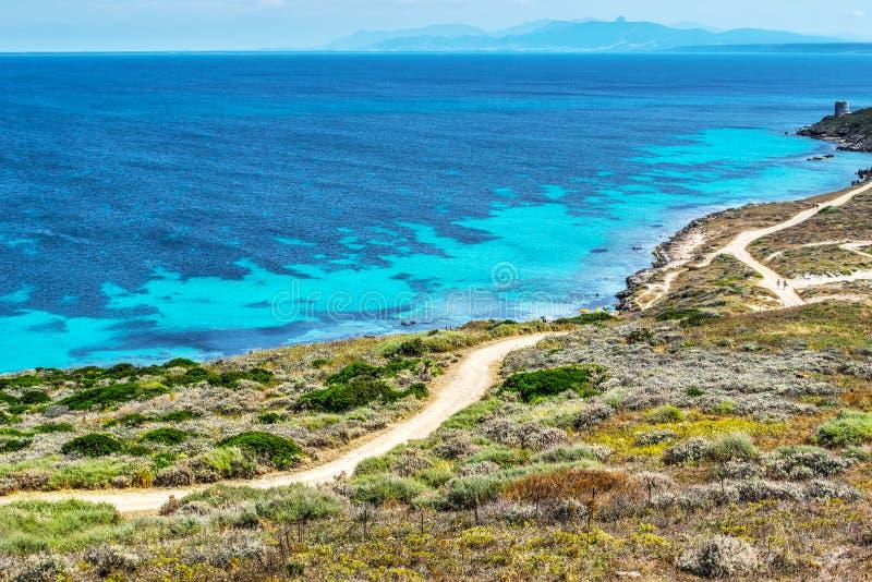 Blauwe overzees op een duidelijke dag in Sardinige stock afbeelding
