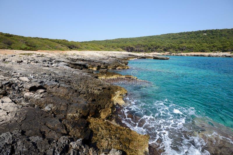 Blauwe overzees in zuiden van Italië stock afbeelding