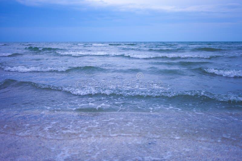 Blauwe overzeese golven royalty-vrije stock foto