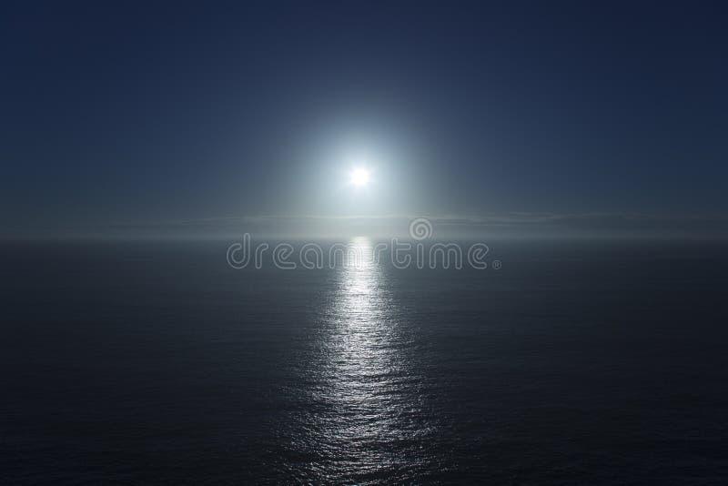 Blauwe overzeese horizon en zon stock afbeeldingen