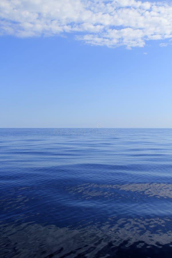 Blauwe overzeese horizon oceaan perfect in rust stock afbeeldingen