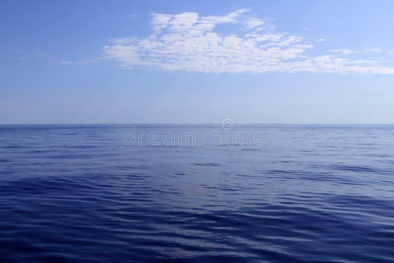 Blauwe overzeese horizon oceaan perfect in rust stock fotografie