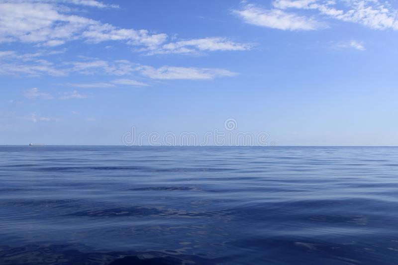 Blauwe overzeese horizon oceaan perfect in rust royalty-vrije stock afbeelding