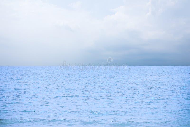 Blauwe overzeese/oceaan en van de wolkenhemel abstracte achtergrond in Thailand royalty-vrije stock fotografie