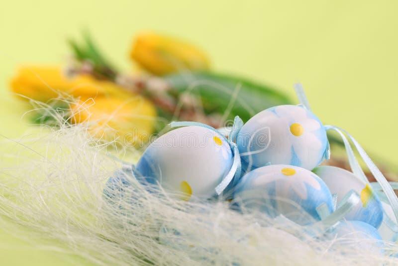 Blauwe Paaseieren en tulpen royalty-vrije stock foto's