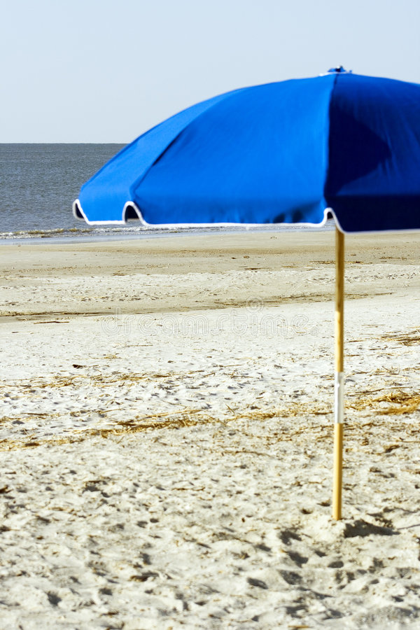 Blauwe Paraplu op het strand stock foto's