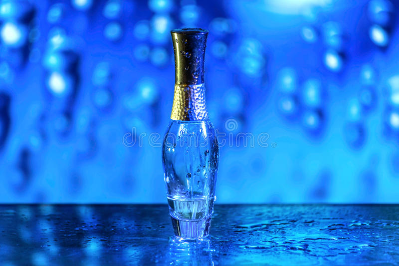 Blauwe parfumefles royalty-vrije stock foto's