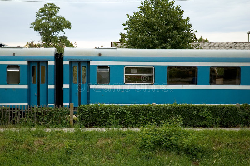 Blauwe passagierstrein stock foto's