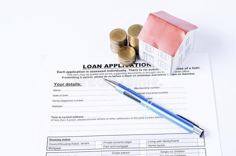 Blauwe pen met muntstukkenstapel en huisdocument op leningstoepassing royalty-vrije stock foto's