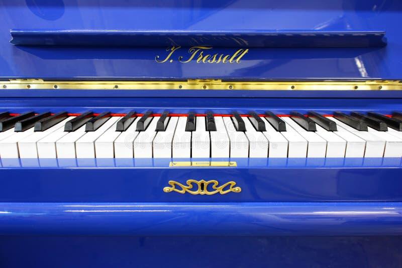 Blauwe piano in de voorzijde stock foto