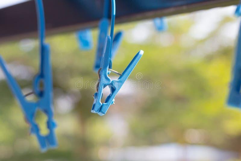 Blauwe pinnen van kleerhanger voor onderbroek en sokken royalty-vrije stock foto's