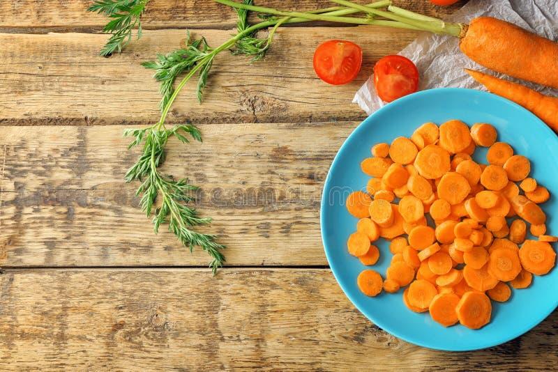 Blauwe plaat met besnoeiingen van wortel stock foto's