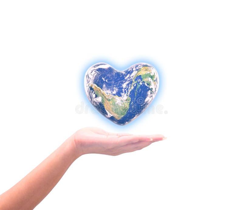 Blauwe planeet in geïsoleerde hartvorm over vrouwen menselijke handen stock fotografie