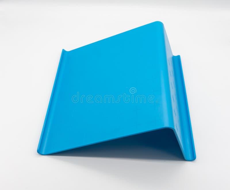 Blauwe plastic die tablettribune op wit wordt geïsoleerd stock foto
