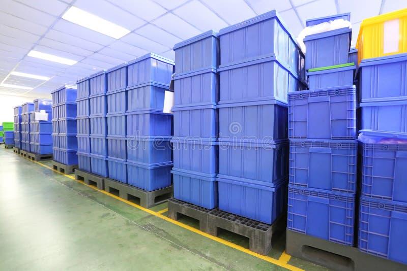 Blauwe Plastic doosproducten in Industriële fabrieksruimte royalty-vrije stock fotografie