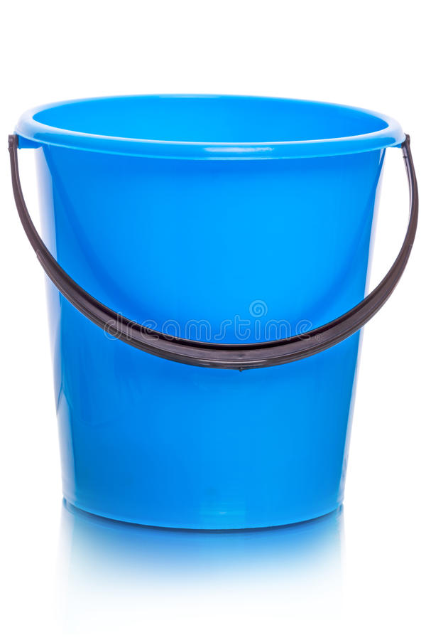 Blauwe plastic emmer op wit stock afbeeldingen