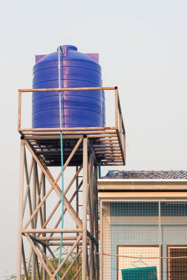 Blauwe plastic watertank op de toren stock afbeelding