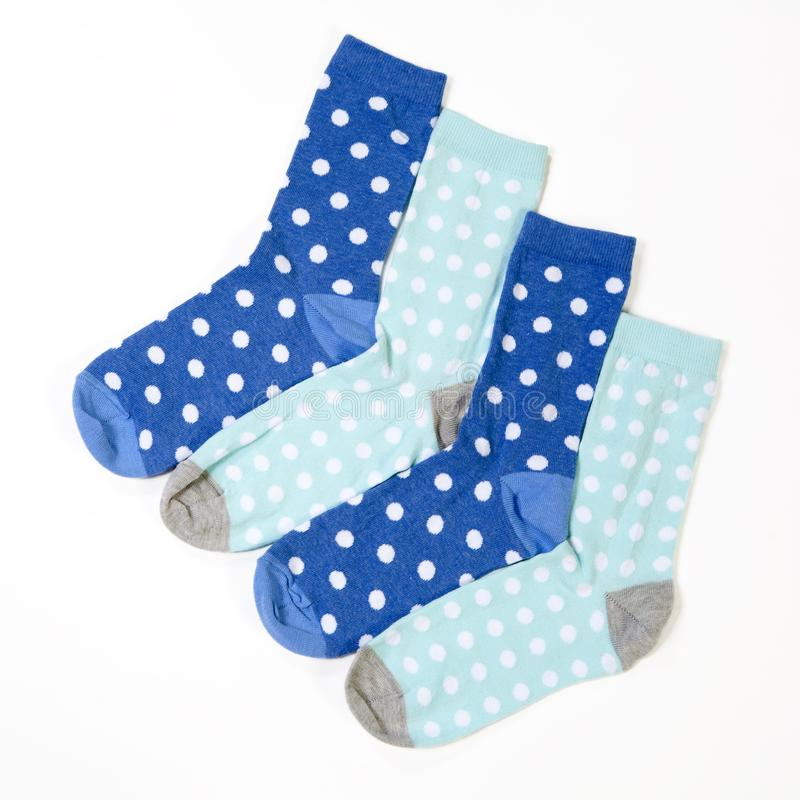Blauwe polka gestippelde sokken op witte achtergrond stock fotografie