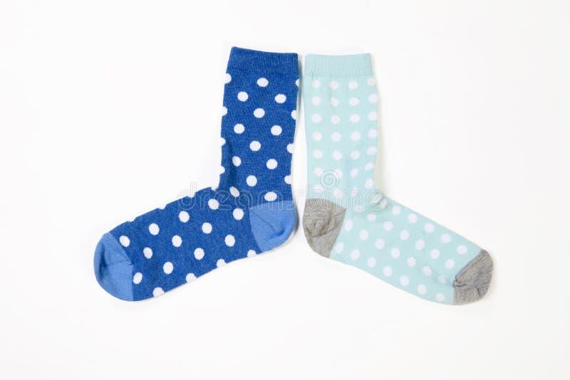 Blauwe polka gestippelde sokken op witte achtergrond royalty-vrije stock foto