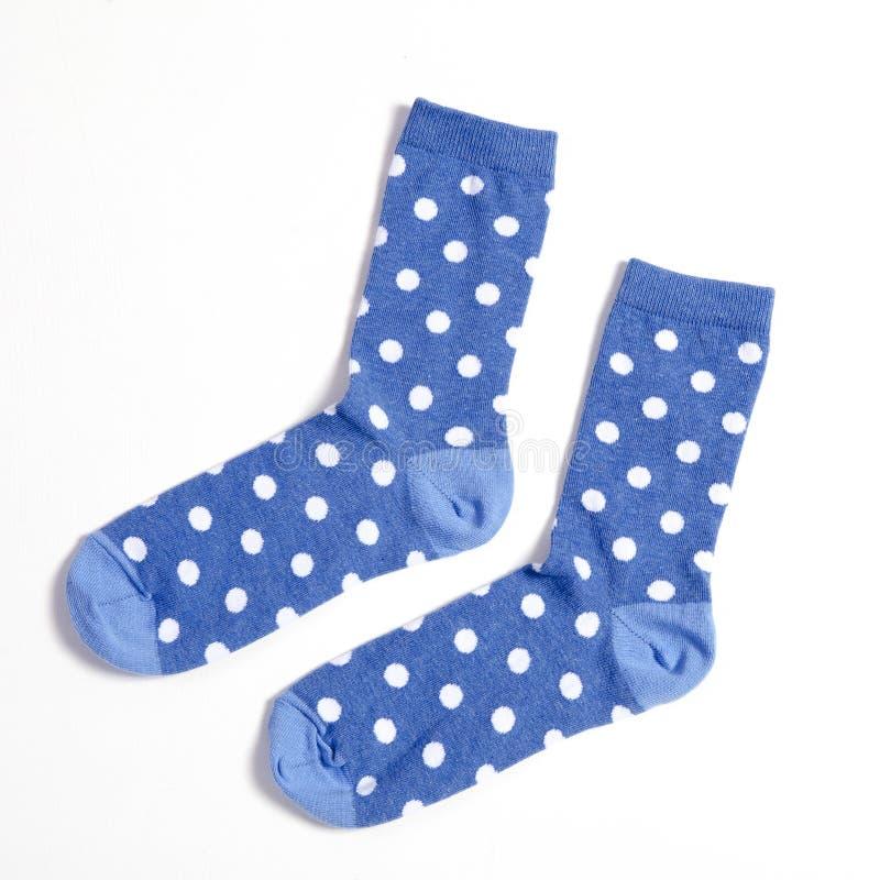 Blauwe polka gestippelde sokken op witte achtergrond stock afbeelding