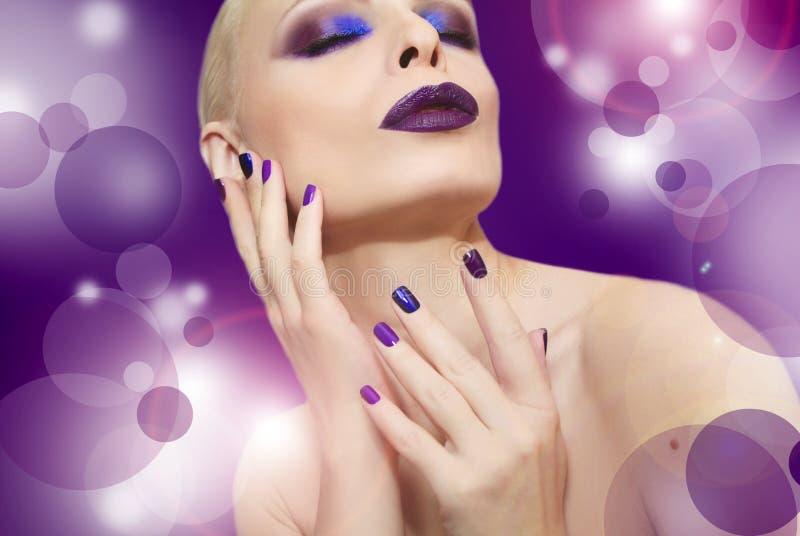 Blauwe purpere manier multicolored manicure en make-up stock fotografie