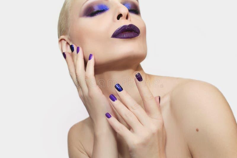 Blauwe purpere manier multicolored manicure en make-up stock foto's