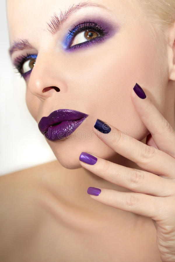 Blauwe purpere manier multicolored manicure en make-up royalty-vrije stock afbeeldingen