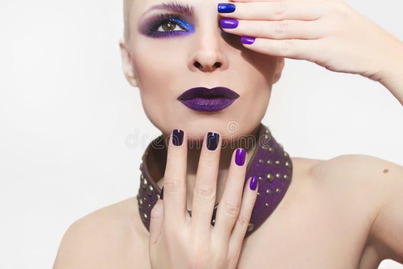 Blauwe purpere manier multicolored manicure en make-up royalty-vrije stock foto's