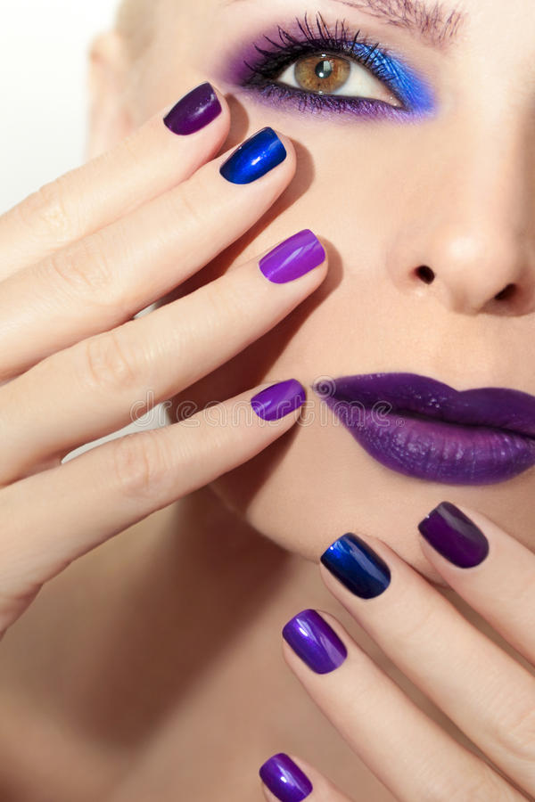 Blauwe purpere manier multicolored manicure en make-up royalty-vrije stock foto
