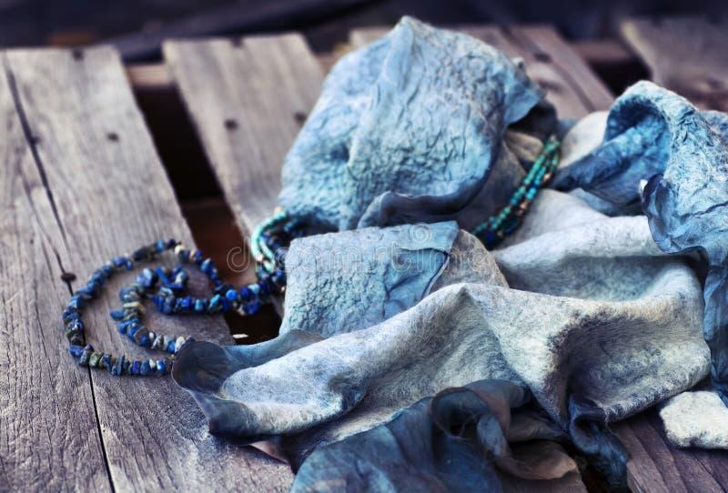 Blauwe Purpere wollen sjaaltextuur over houten lijst royalty-vrije stock foto