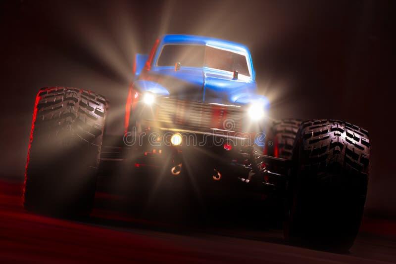Blauwe Radio Gecontroleerde Monstervrachtwagen stock foto