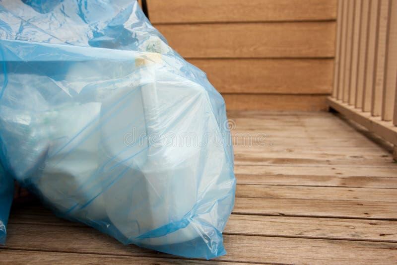 Blauwe recyclingszak op de portiek royalty-vrije stock fotografie