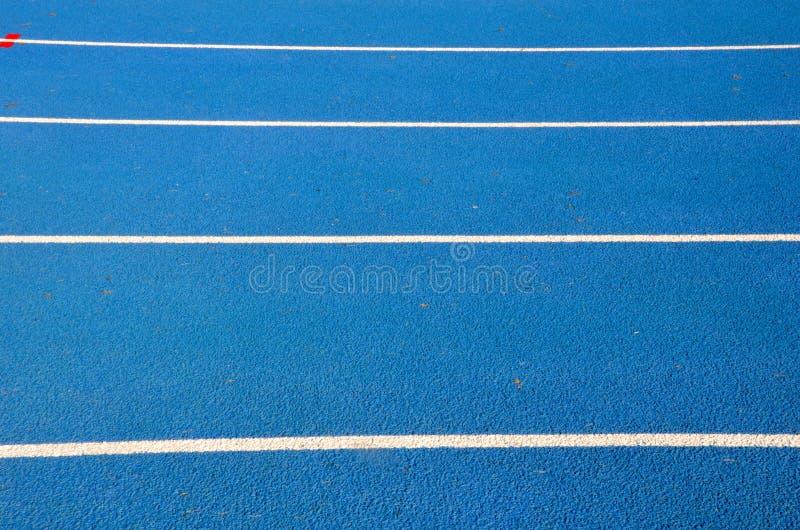 Blauwe renbaan op atletisch stadion royalty-vrije stock afbeeldingen