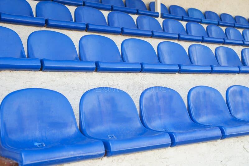 Blauwe rijen van zetels in een sporthal Stadionplaatsing Lege rijen van stoelen, zetels in de concertzaal, in de sporthal royalty-vrije stock foto