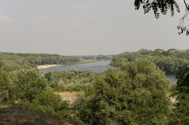 Blauwe rivier die met bezinningen in het water lopen Diepe blauwe kleur van water en groene bomen rond royalty-vrije stock afbeeldingen